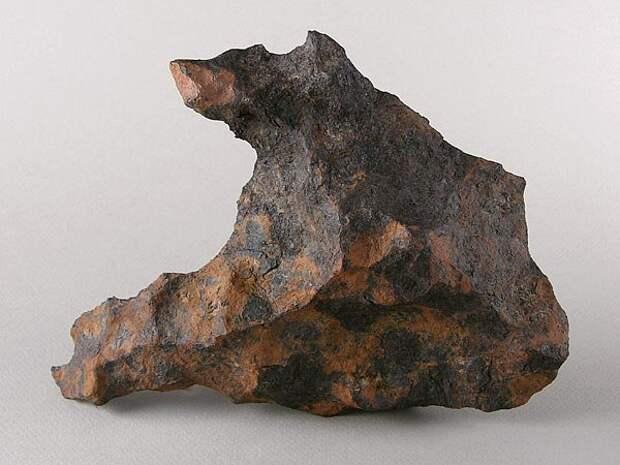 Фрагмент железного метеорита(2,6 гр). Общая масса найденных фрагментов — более 30 тонн. Упал около 20-40 тыс. лет назад в нескольких километрах от каньона Дьябло, Аризона, США