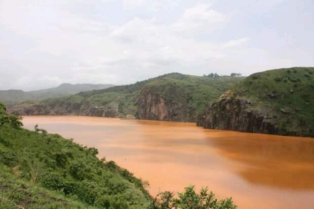 Тихое кратерное озеро, убившее 1700 человек