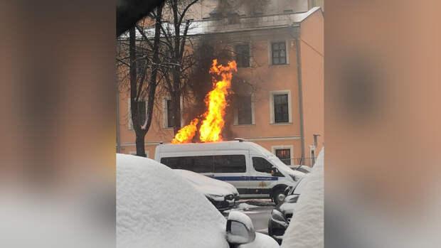 В Тверском районе Москвы загорелся служебный автомобиль Росгвардии