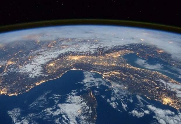 Российский космонавт заснял загадочные объекты в космосе