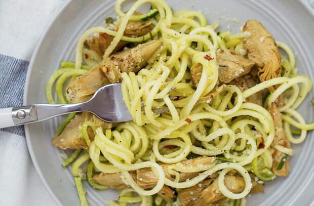 Летом макароны готовим иначе: добавляем на сковороду овощи и салат