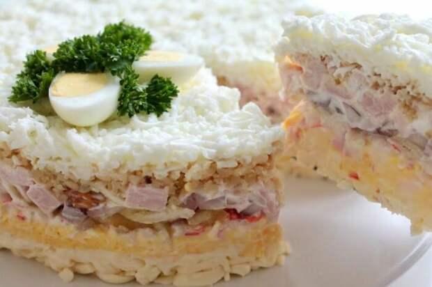 Лёгкий, воздушный и очень вкусный новогодний салат. \ Фото: youtube.com.