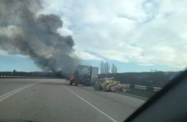 В Севастополе водитель из горящего фургона выгрузил коробки (ФОТО)