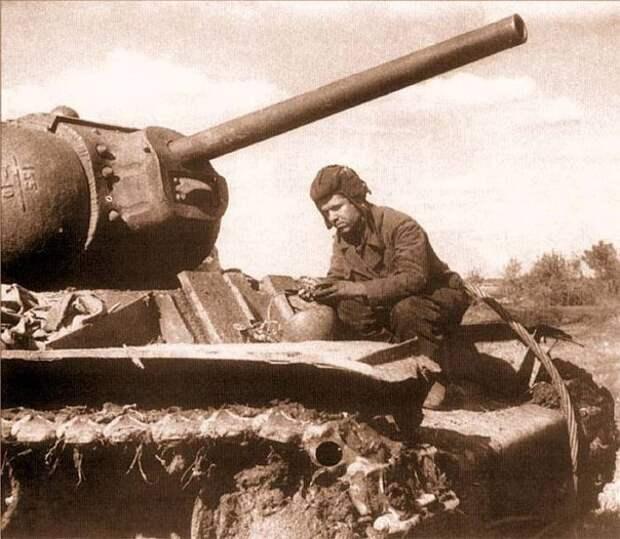 Танкист осматривает свой танк после боя на Курской дуге, 1943 история, события, фото