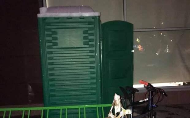 На улице Мневники возле дома установили биотуалет