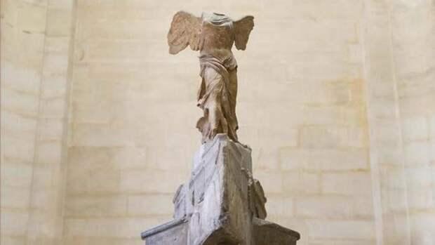 Ника Самофракийская в Лувре, Париж.