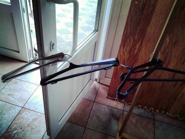 Очень альтернативное использование вешалок. | Фото: МирТесен.