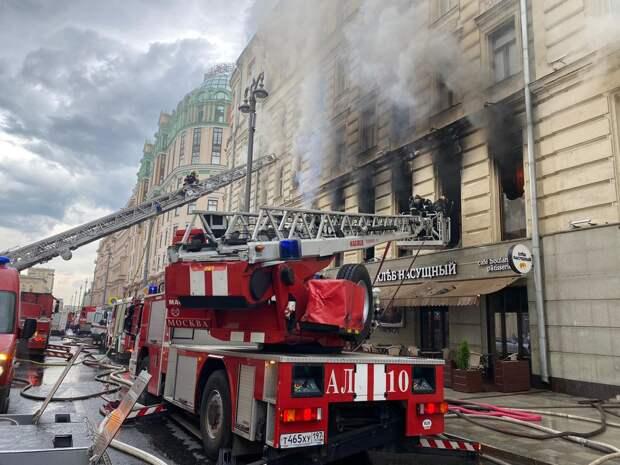 В центре Москвы горит старинное здание