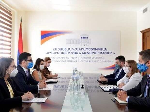 Министр юстиции Армении принял посла США