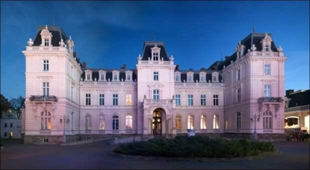 Дворец Потоцких, Львовская область — дом господина де Тревиля.