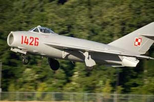 Польский МиГ-17 на посадке.