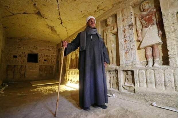 Мустафа Абдо, возглавляющий раскопки. Гробница имеет 10 метров в длину, три - в ширину, и чуть менее трех метров в высоту 4400 лет, Египт, в мире, гробница, наука, находка