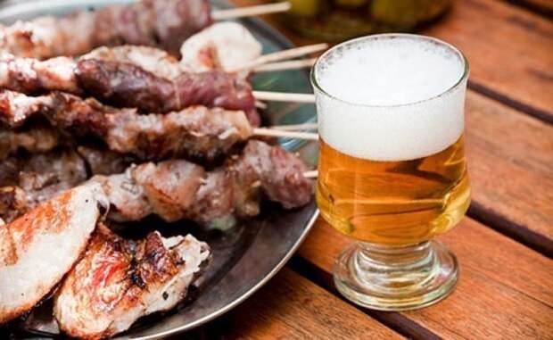 бокал пива и жареное мясо