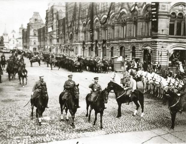 М.В.Фрунзе и К. Ворошилов на параде в Москве. 1920-е годы.