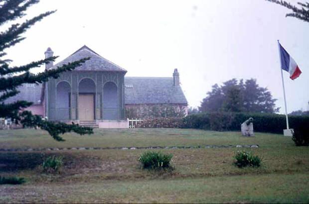 Сосланный на остров Святой Елены, Наполеон жил там в поместье Лонгвуд.