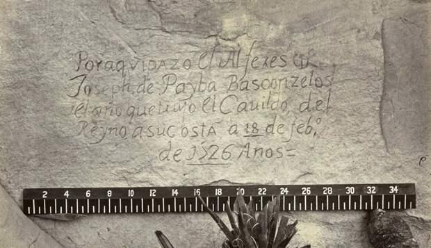 """Высеченная в песчанике надпись на испанском. Скала «Рок» в Нью-Мексико в 1726 году. Перевод: """"До этого места дошли англичанин Дон Жозеф де Пайба Басконзелос, в год, в котором он попросил Совет Королевства направить его в экспедицию, 18 февраля 1726 года."""""""