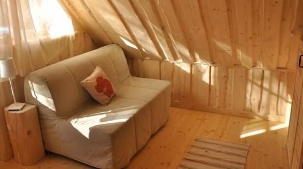 Маленький диванчик в любой момент станет дополнительным спальным местом («Stunning Gate Lodge»).   Фото: youtube.com/ © Vuong Le.