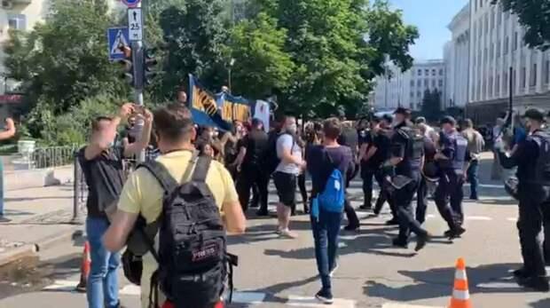 Яйца, камни и бутылки с водой: под ОП националисты атаковали сторонников Шария и СМИ