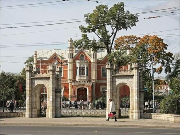 Дом на Брикстон-роуд снимался в Санкт-Петербурге в загородном особняке княгини Салтыковой.