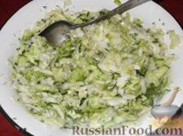 Фото приготовления рецепта: Салат из свежей капусты с огурцами - шаг №9
