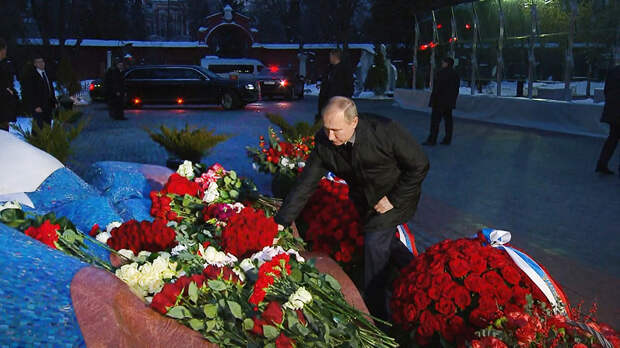 Зачем Путин так упорно посещает могилу Ельцина в годовщины?Наперекор мнению большинства?