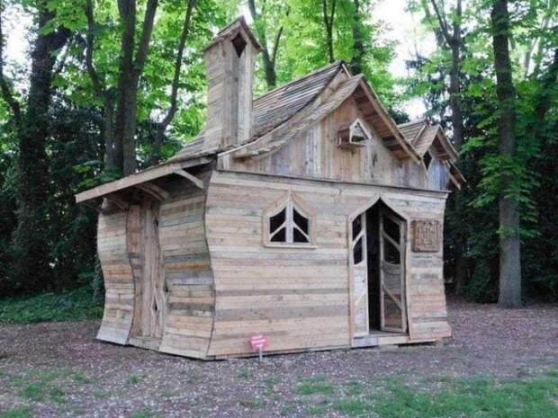 Необычная хижина из обычных деревянных поддонов