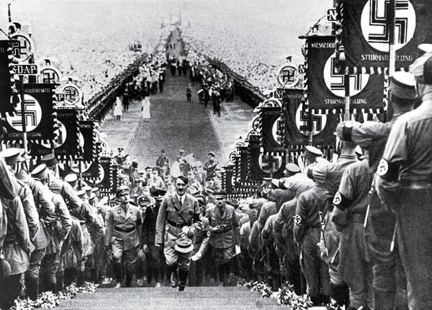 Но как известно на одну силу всегда найдется другая, и эта сила - товарищ Сталин, под чьим предводительством русский народ смог одолеть фашистских захватчиков.