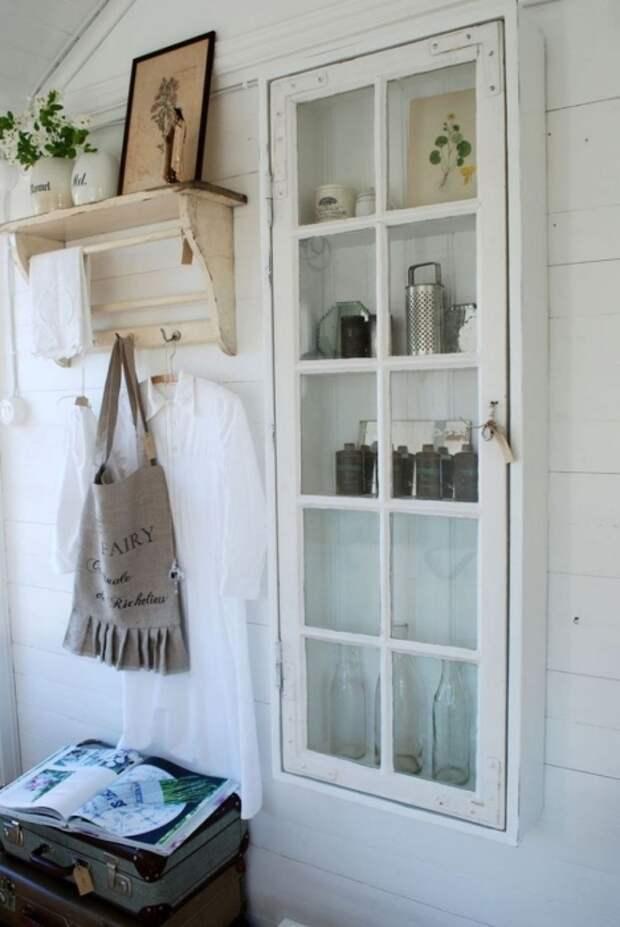 Навесной шкаф из старого окна. \ Фото: blogspot.com.