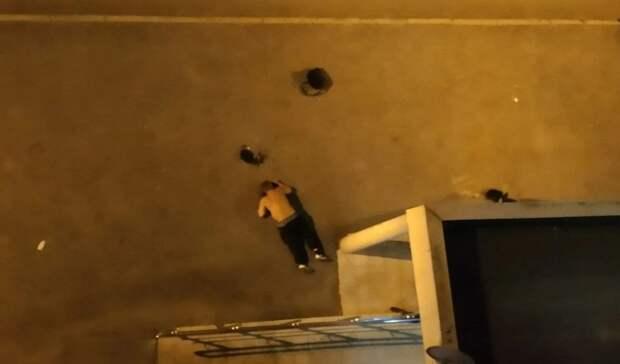 Массовую драку устроили пьяные жители Екатеринбурга водворе многоэтажки