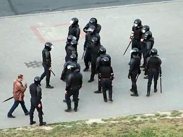 На улицы в Минске стянули силовиков и спецтехнику