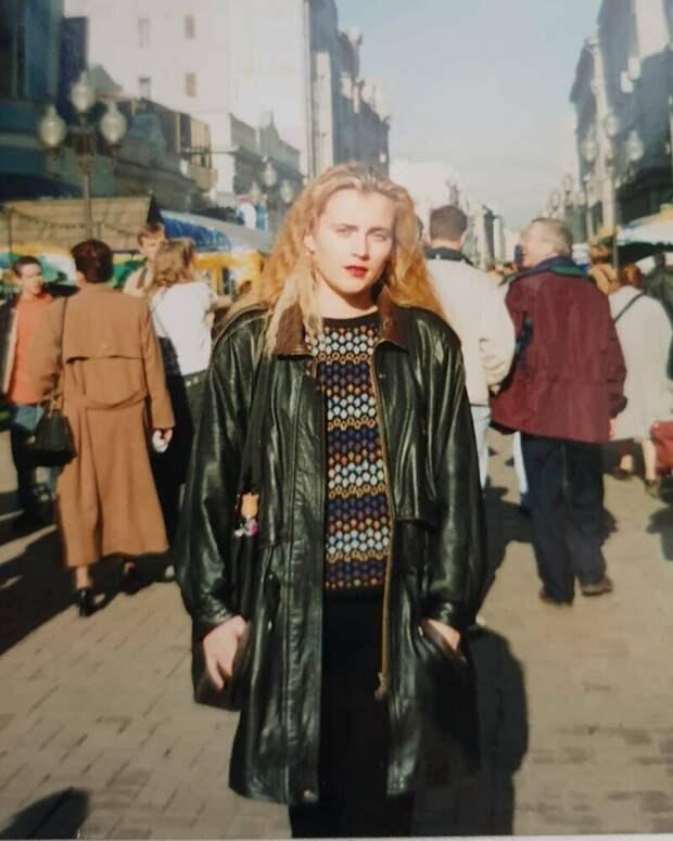 Цветные фотографии наших девушек 90-х годов: модницы и работяги