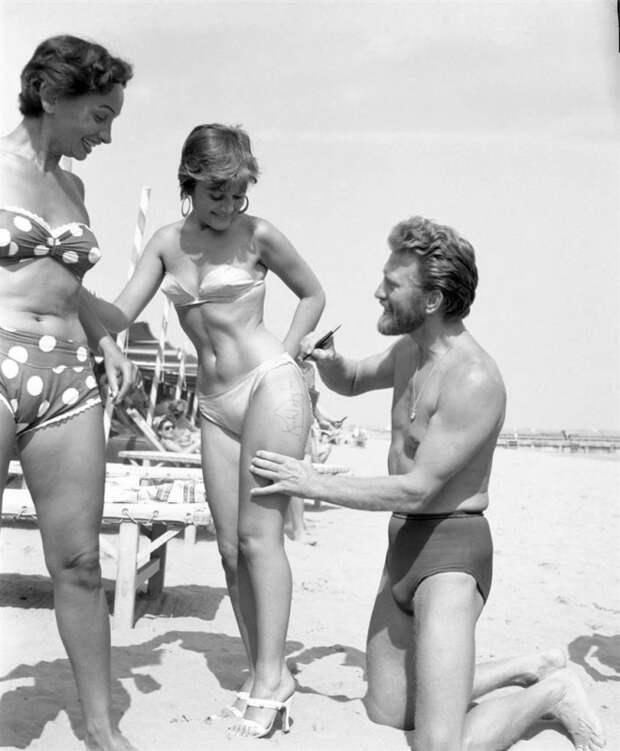 Кирк Дуглас дает автограф поклоннице, Венеция, 1953 год.
