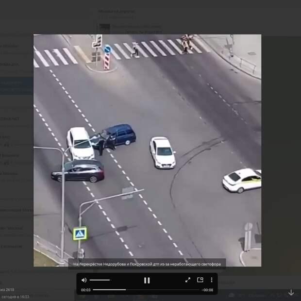 Сломанный светофор в Некрасовке дезориентировал водителя