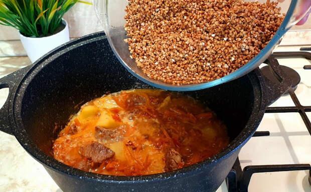 Тушим гречку как плов: добавляем овощи, лук и мясо