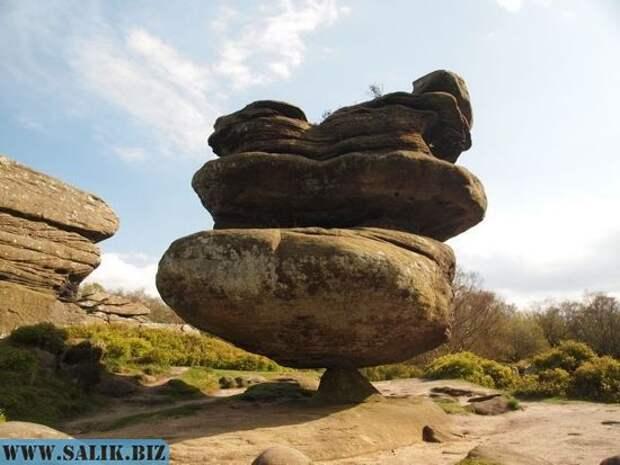 Уникальная 200-тонная каменная скала балансирует на крошечном основании