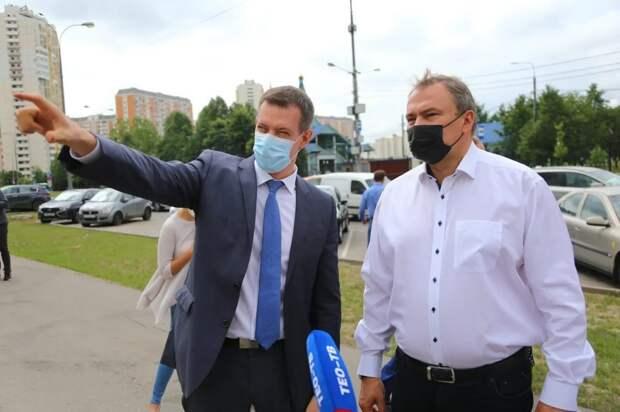 Петр Толстой проверил работы по благоустройству пешеходной зоны в Марьино
