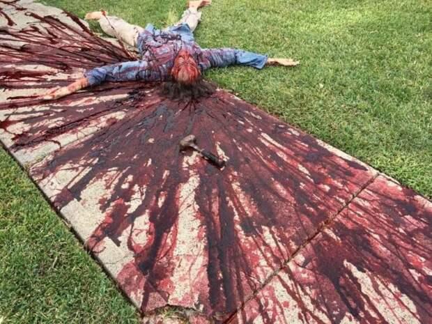 Американский художник так оформил двор кХэллоуину, что прохожие вызвали полицию