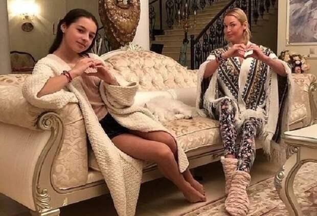 Ариадна Волочкова перекрасилась в блондинку и стала очень похожей на маму