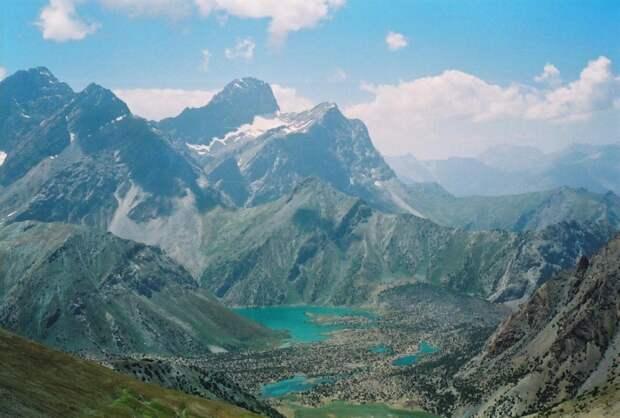 Таджикистан «воюет» с суффиксами: теперь тут запрещены фамилии на -ов и -ев. Зачем? Мое мнение