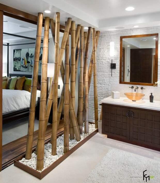 Крупный декоративный бамбук в ванной