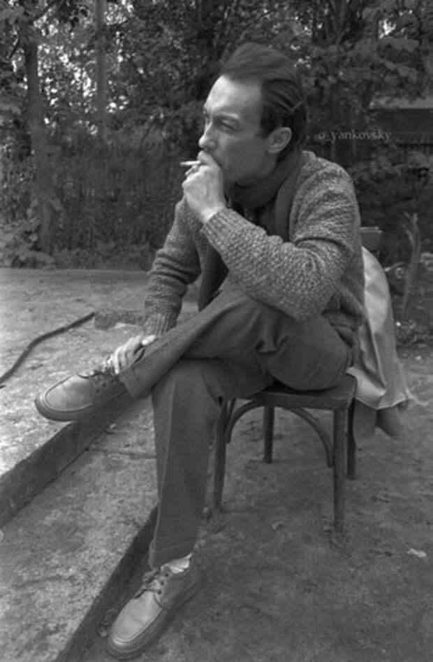 Олег Янковский в перерывах между съемками фильма «Храни меня мой талисман»  1986 год.