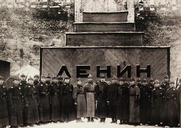 Захоронить или продолжать сохранять тело Ленина?