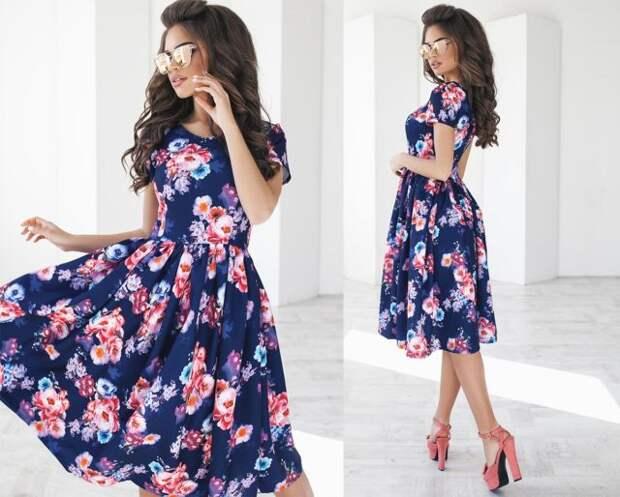 брюнетка в цветастом платье ниже колена