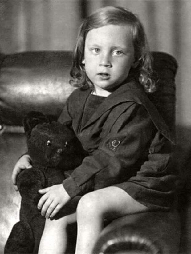Высоцкий летом 1941 года, ему - три, война уже идет несколько дней