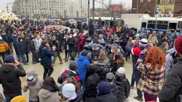 Два участника незаконной акции задержаны за нападение на московских полицейских