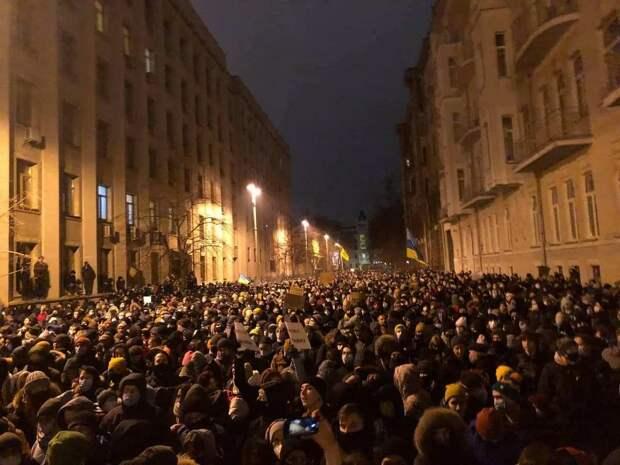 Этой ночью в Киеве: Столкновения возле АП или почему националисты штурмуют офис Зеленского