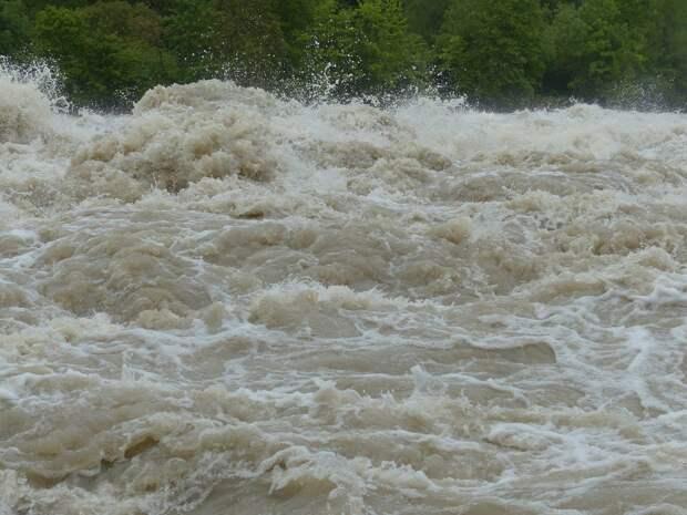 В Индонезии от оползня и наводнения погибли более 20 человек