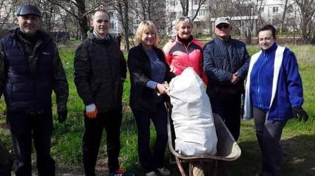 Сотрудники Евпаторийского лесного хозяйства приняли участие в экологическом субботнике на территории Сакского района