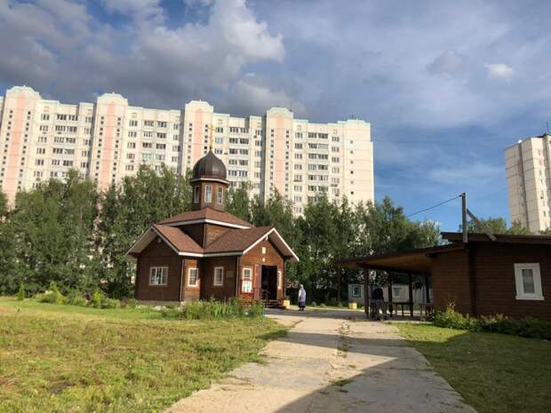Фото дня: в храме на Дмитровке строго соблюдаются меры предосторожности