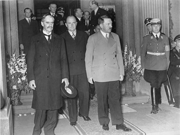 Чемберлен (слева) и Гитлер на встрече 23 сентября 1938 года